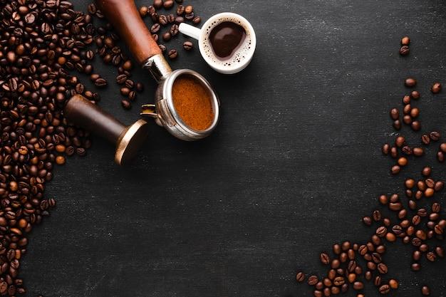 Vista dall'alto chicchi di caffè con spazio di copia