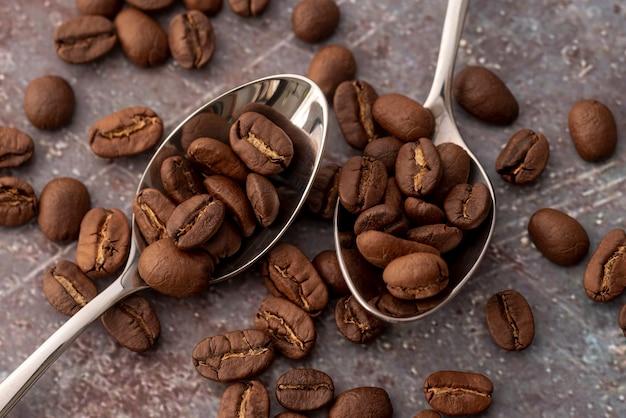 Vista dall'alto chicchi di caffè in cucchiai