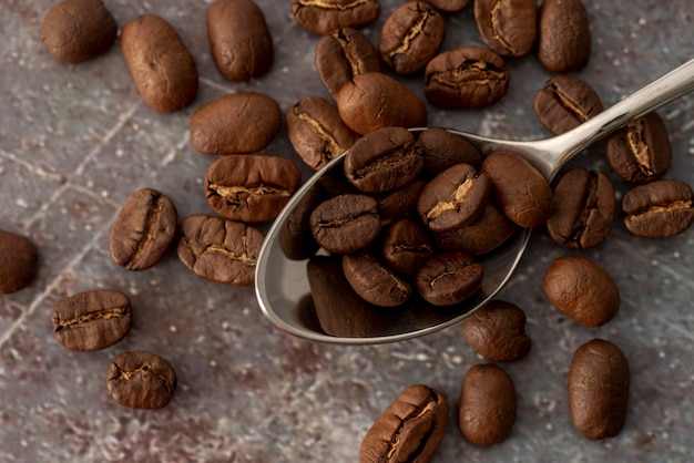Vista dall'alto chicchi di caffè in un cucchiaio
