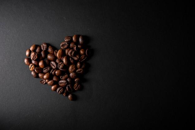 Vista dall'alto chicchi di caffè tostati a forma di cuore
