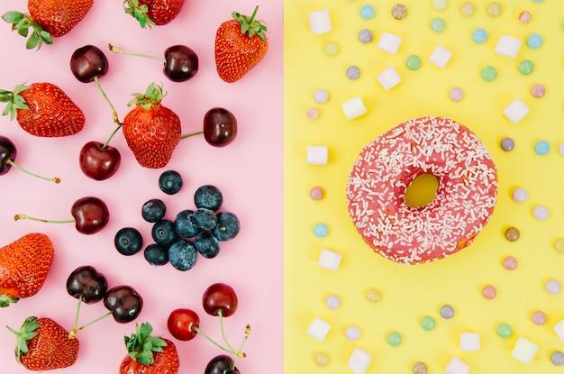 Vista dall'alto ciambella contro frutta