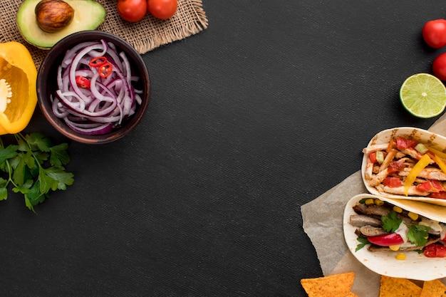 Vista dall'alto cibo messicano fresco con nachos
