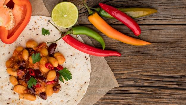 Vista dall'alto cibo messicano fresco con peperoncino