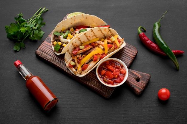 Vista dall'alto cibo messicano fresco pronto per essere servito