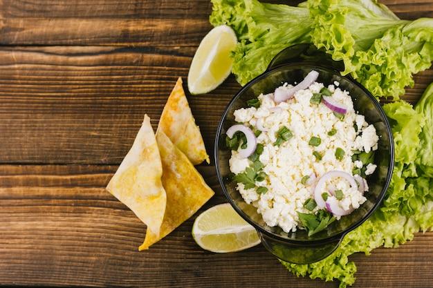 Vista dall'alto cibo sano messicano con lattuga e limone