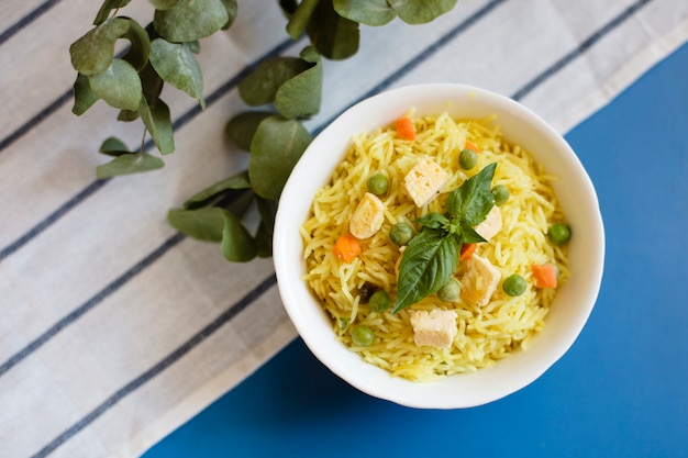 Vista dall'alto cibo tradizionale indiano con riso e pollo