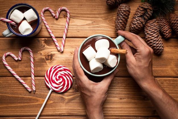 Vista dall'alto cioccolata calda con caramelle