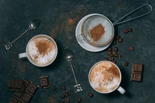Vista dall'alto cioccolata calda con cucchiaio d'argento