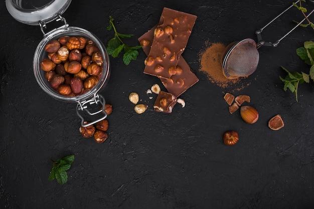 Vista dall'alto cioccolato e barattolo con nocciole