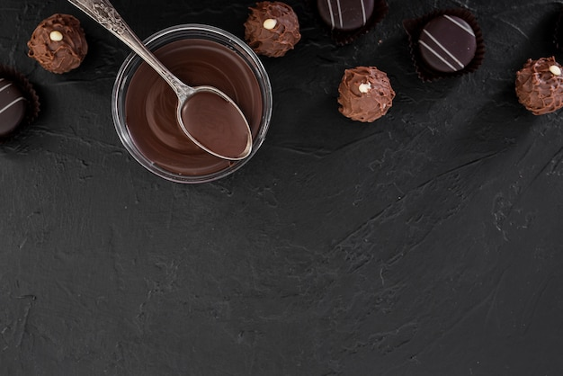 Vista dall'alto cioccolato fuso e caramelle con spazio di copia