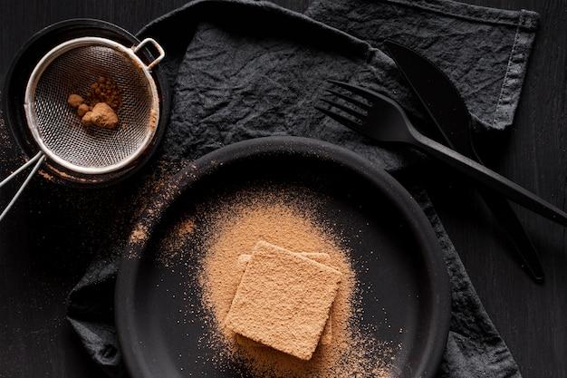 Vista dall'alto cioccolato in polvere e setaccio
