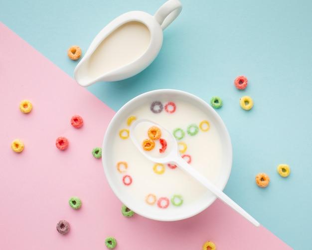 Vista dall'alto ciotola di cereali con latte