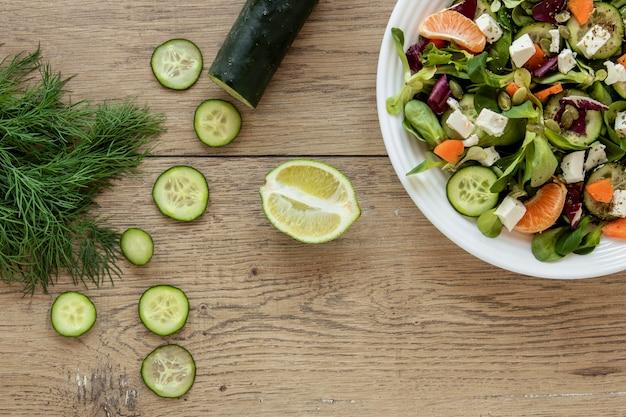 Vista dall'alto cipolla verde e cetriolo per insalata