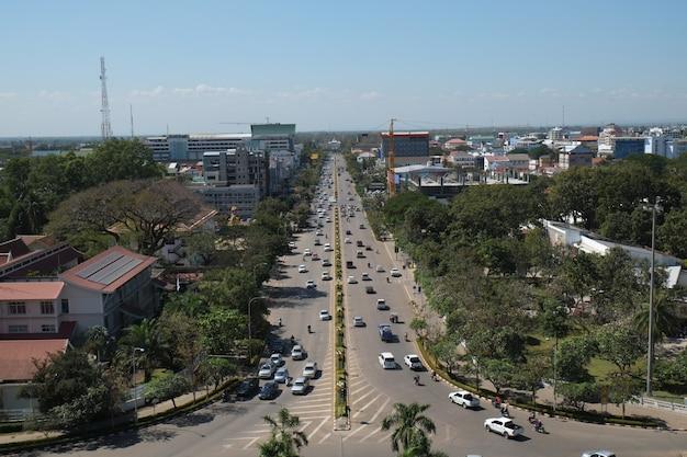 Vista dall'alto città di vientiane dal monumento di patuxay