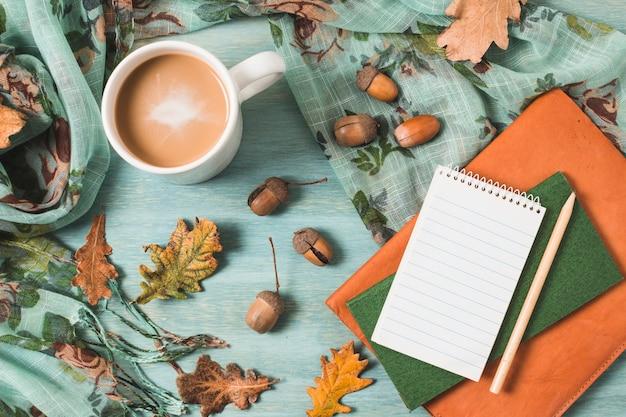Vista dall'alto composizione autunnale con caffè e quaderni