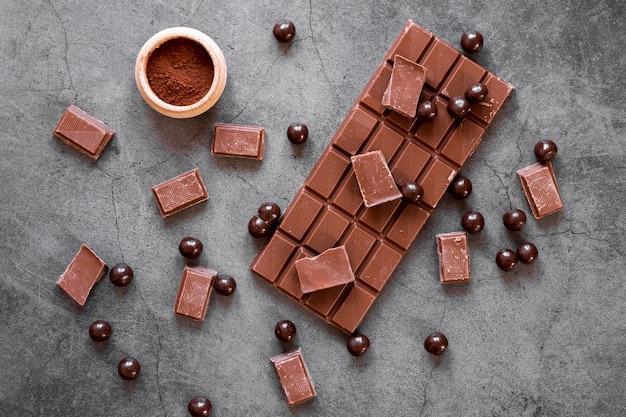 Vista dall'alto composizione creativa di cioccolato su sfondo scuro