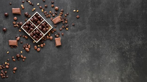 Vista dall'alto composizione di caramelle al cioccolato con spazio di copia