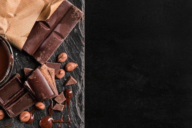 Vista dall'alto composizione scura di cioccolato con spazio di copia