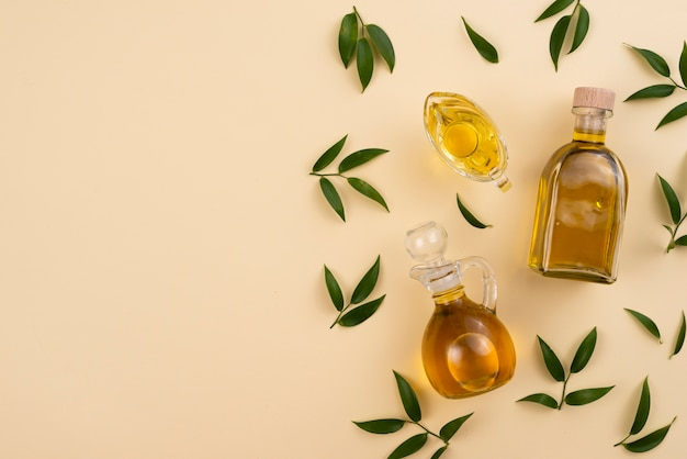 Vista dall'alto con olio d'oliva e foglie