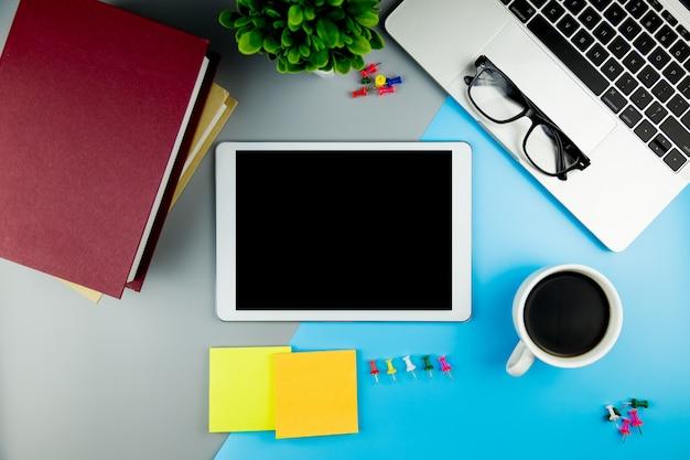 Vista dall'alto con vuoto mock up tablet sulla scrivania di lavoro.
