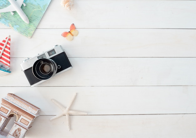 Vista dall'alto concetto di viaggio con pellicole per fotocamere retrò, mappa e attrezzatura del viaggiatore, elementi essenziali per il turismo, effetto tono vintage