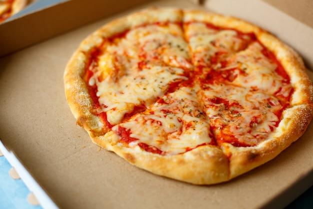 Vista dall'alto consegna pizza. menù pizza