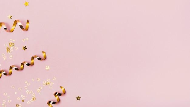 Vista dall'alto copia spazio cornice con nastri dorati e glitter