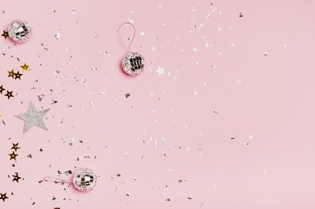 Vista dall'alto copia spazio cornice con palline di natale argento e glitter
