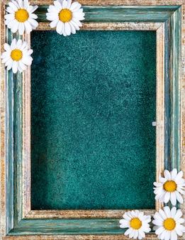 Vista dall'alto copia spazio cornice oro verdastro con margherite su verde