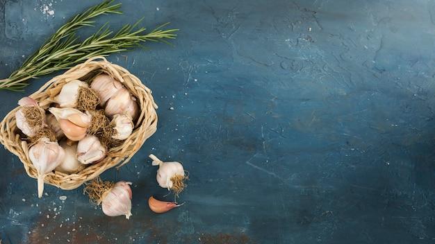 Vista dall'alto cornice di aglio con copia-spazio