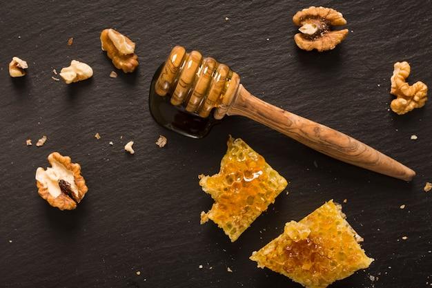 Vista dall'alto cucchiaio di miele con pezzi a nido d'ape