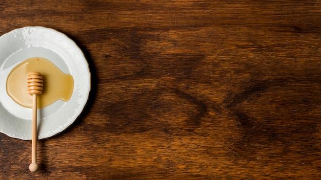 Vista dall'alto cucchiaio di miele sul piatto