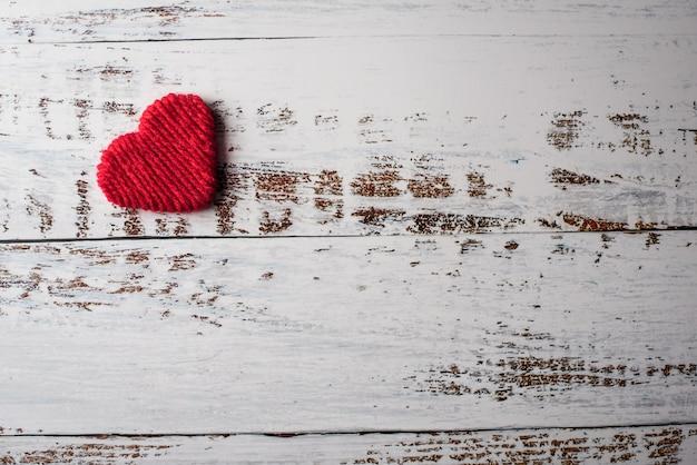 Vista dall'alto cuore rosso su sfondo muro