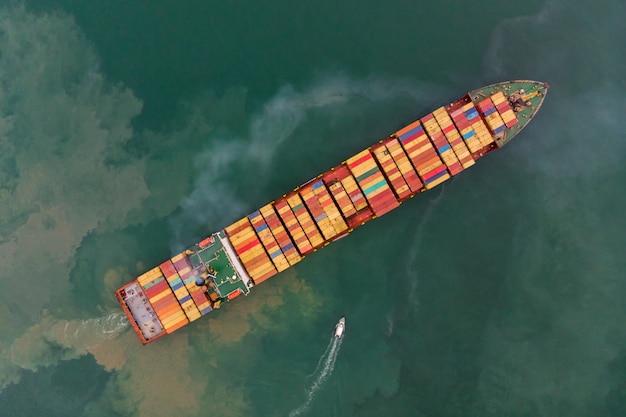 Vista dall'alto da drone di merci via mare