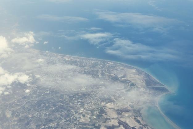 Vista dall'alto dall'aereo di atterraggio.