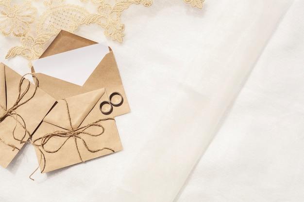 Vista dall'alto decorazione di matrimonio minimalista con spazio di copia