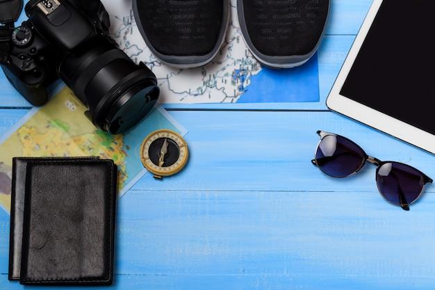 Vista dall'alto degli accessori del viaggiatore. concetto di viaggio. articoli essenziali per le vacanze, modello turistico