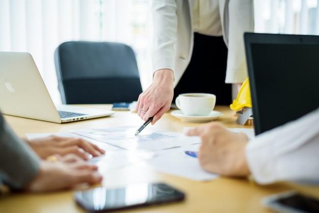 Vista dall'alto dei partner commerciali discussione sulle mani brainstorm