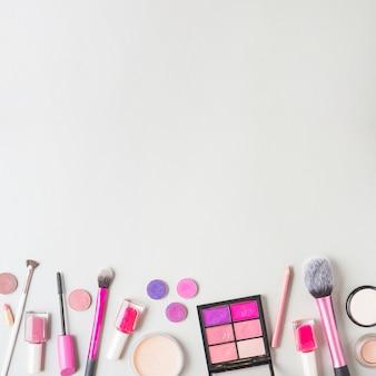 Vista dall'alto dei prodotti cosmetici nella parte inferiore della superficie bianca