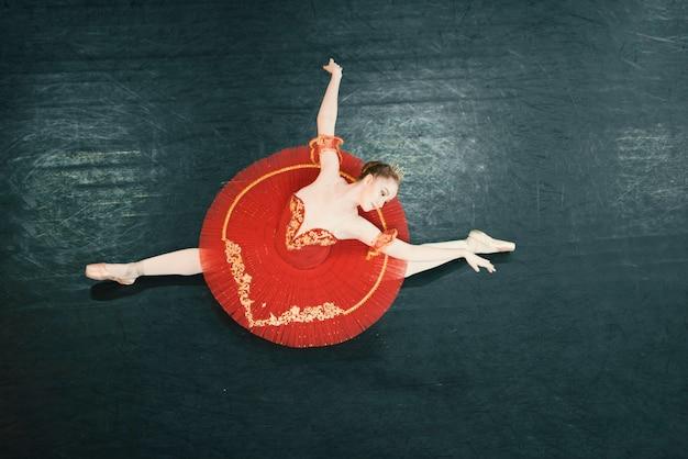 Vista dall'alto del ballerino classico sul palco