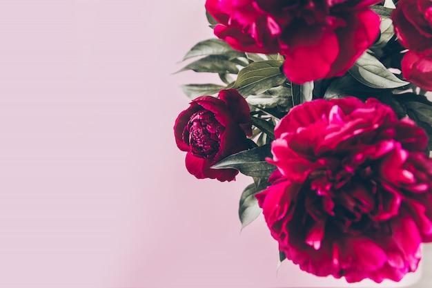 Vista dall'alto del bellissimo bouquet di fiori di peonia rossa in vaso