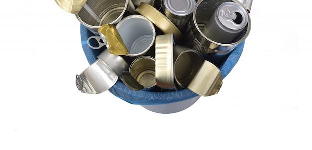 Vista dall'alto del bidone della spazzatura (barattolo di latta cibo e bevande) pieno di lattine su bianco