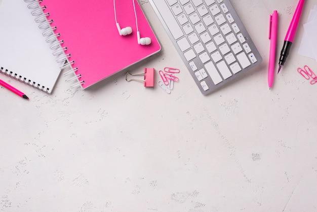Vista dall'alto del blocco note sulla scrivania con graffette e tastiera