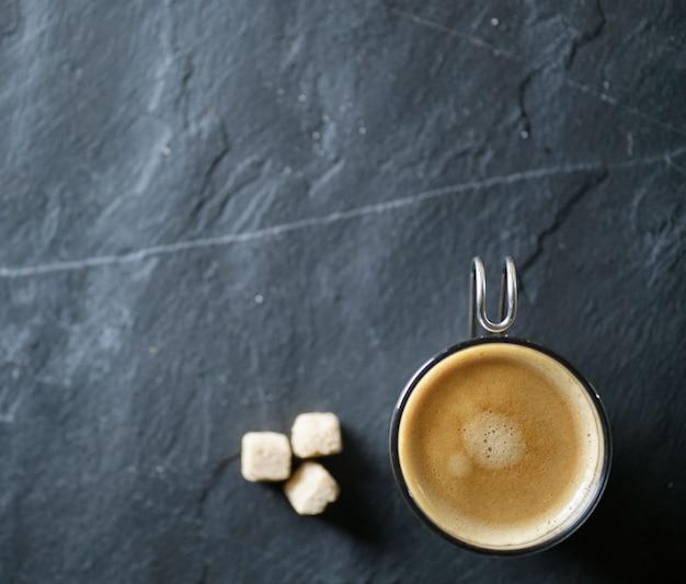 Vista dall'alto del caffè appena fatto su ardesia con lo spazio del testo