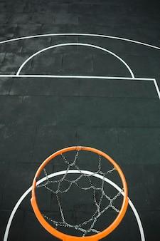 Vista dall'alto del canestro da basket metallico