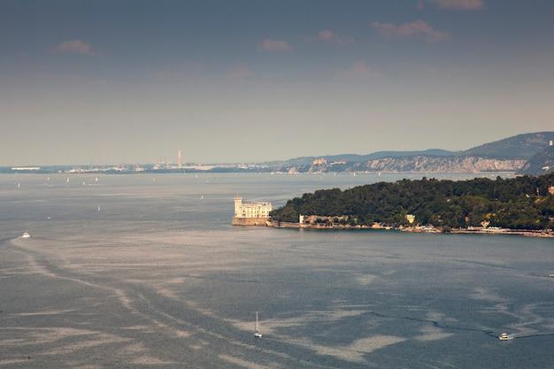 Vista dall'alto del castello di miramare, trieste