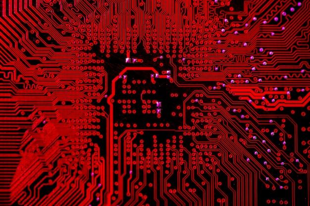 Vista dall'alto del circuito stampato a tema rosso