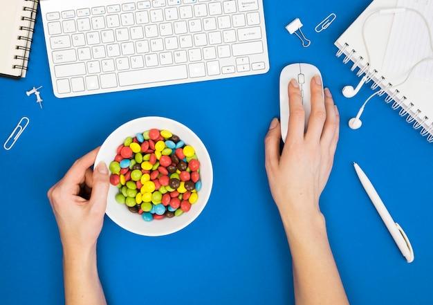 Vista dall'alto del concetto di cattiva abitudine alla scrivania