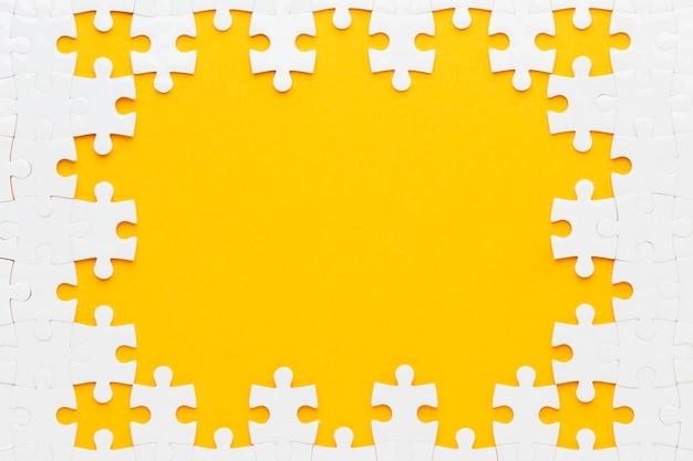 Vista dall'alto del concetto di cornice di puzzle