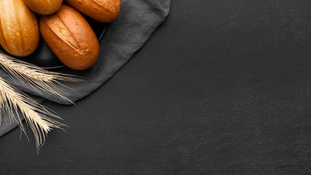 Vista dall'alto del concetto di deliziosi panini di pane